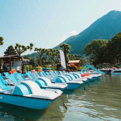 Pédalos disponibles chez V-Boat pour un tour sur le lac d'Annecy